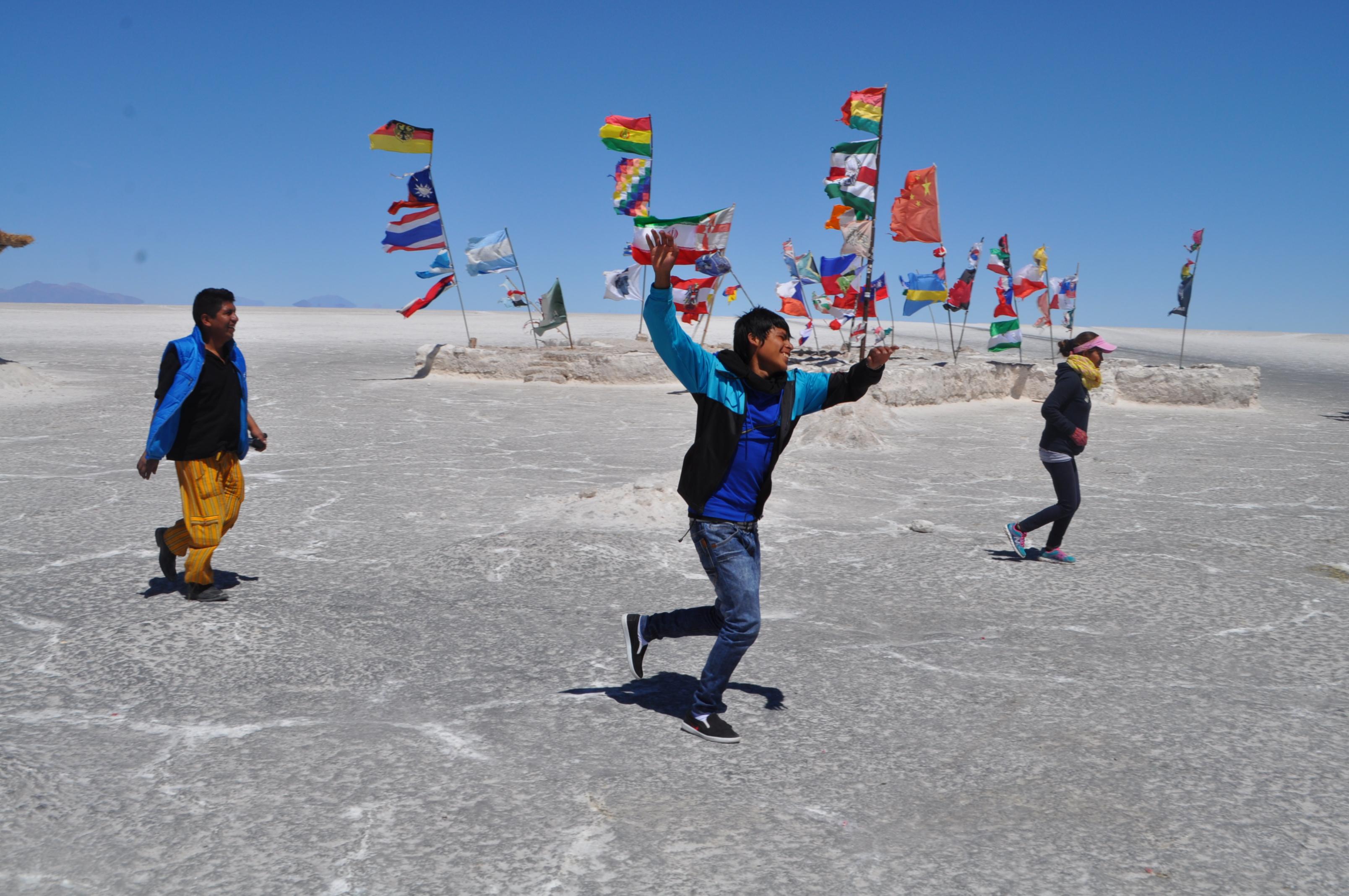Bolivianos en el salar